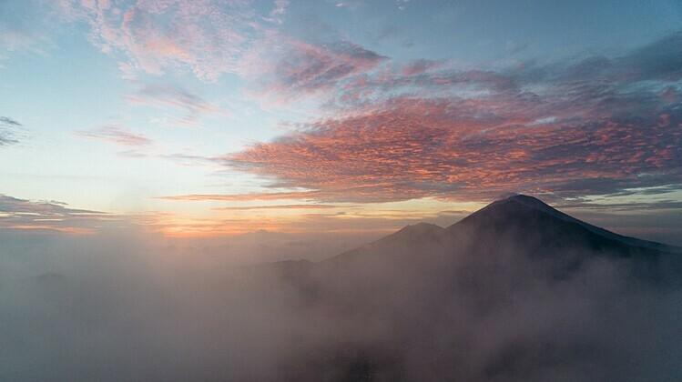 Mặt trời ló rạng trong làn sương mờ ảo ở đỉnh núi Batur. Ảnh: Malenie van Leeuwen.