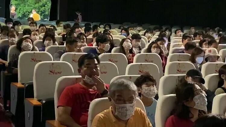 Để đảm bảo an toàn về sức khỏe, du khách khi xem chương trình nghệ thuật ngoài việc yêu cầu rửa tay bằng dung dịch diệt khuẩn còn phải đeo khẩu trang y tế. Ảnh: Lê Kim Nhựt.