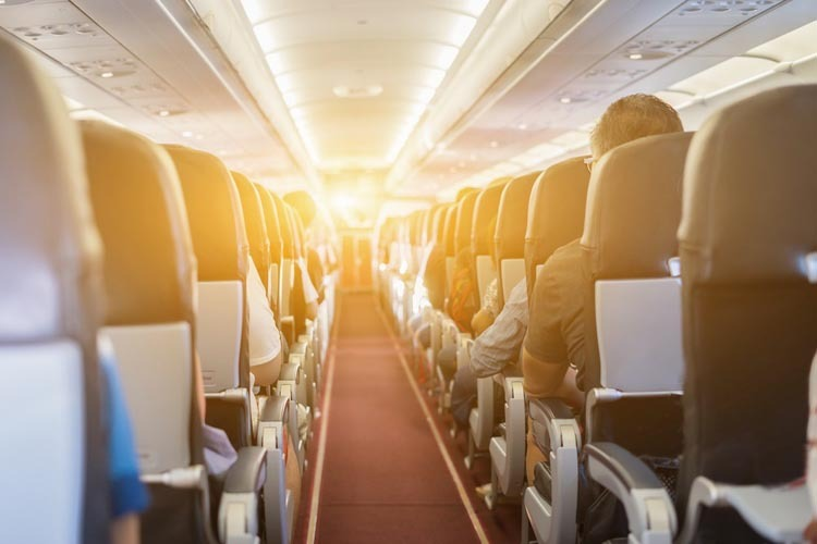 Đừng cởi giày khi máy bay cất, hạ cánh - ảnh 2