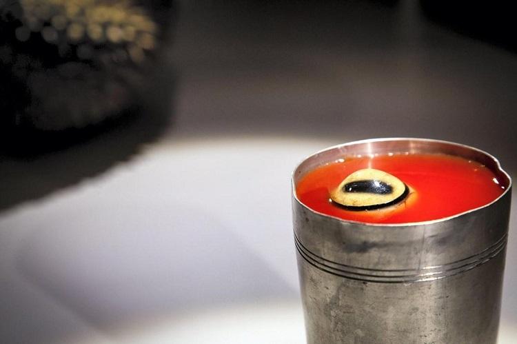 Nướp ép mắt cừuỞ Mông Cổ, một số người tin rằng một ly nước ép cà chua hoặc cà rốt, có trang trí mắt của một con cừu là phương thuốc nhanh nhất để chữa đau đầu, chóng mặt.Ảnh: Disgusting Museum.