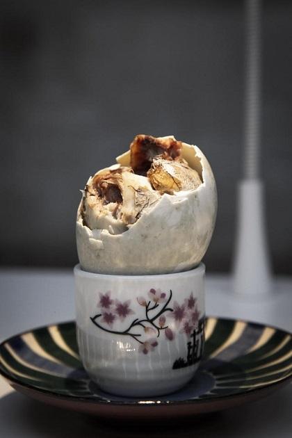 Trứng vịt lộnTrứng vịt lộn hay Balut là món ăn đường phố nổi tiếng của Phillippines và Việt Nam. Cách chế biến món ăn này là luộc một quả trứng vịt đã hình thành phôi. Bên trong quả trứng là con vịt non đã có xương nhỏ, lông, mỏ. Cách ăn trứng vịt lộn là bóc vỏ và cho thêm một nhúm muối. Ảnh: Mo Styles.