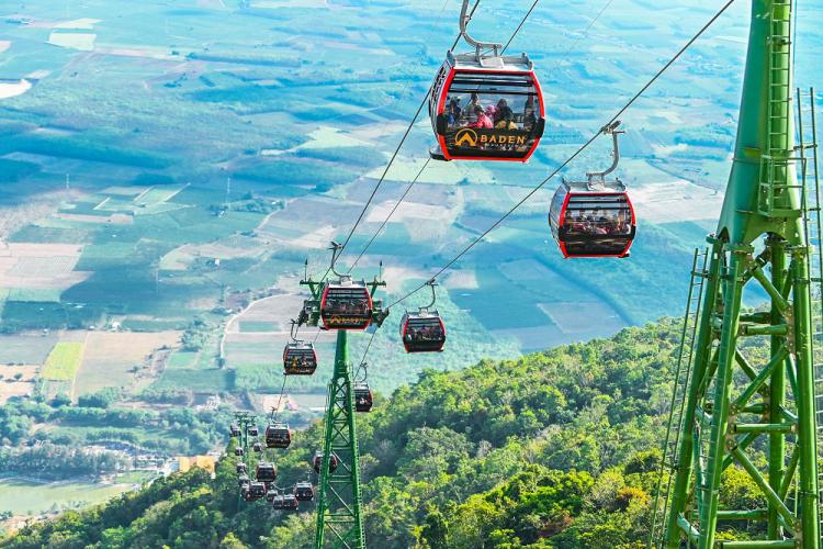 Du khách có thể lên núi Bà Đen bằng cáp treo chỉ khoảng 9 phút thay vì đi bộ mất hơn 2 giờ.