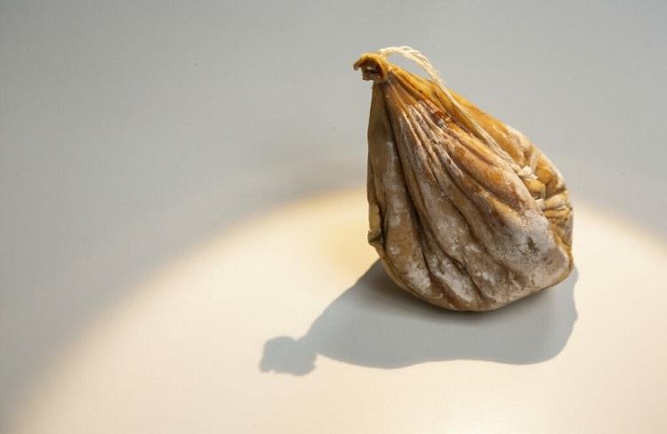 Pho mát dạ dàyMón ăn này cũng bắt nguồn từ đảo Sardinia, Italy. Người ta làm ra pho mát từ dạ dày của con dê non, chứa đầy sữa mẹ. Dạ dày sẽ được buộc chặt bằng dây trong vòng từ 2 đến 4 tháng để lên men. Ảnh: Mo Styles.