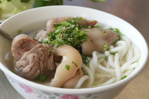 Bánh canh Trảng Bàng trứ danh Tây Ninh gồm sợi bánh từ bột gạo ăn cùng thịt giò heo chấm nước mắm. Ảnh: Huấn Phan