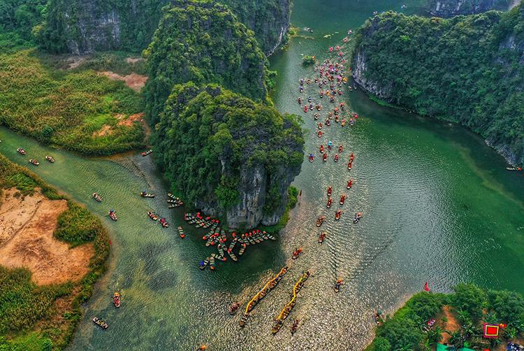 Hàng trăm chiếc thuyền rước rồng trên sông ở Ninh Bình vào lễ hội Tràng An. Ảnh: Ngọc Thành.