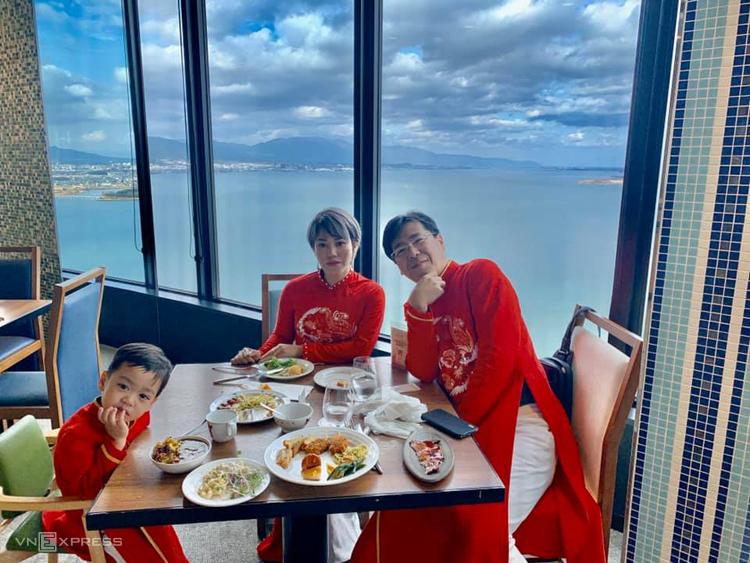 Chồng chị Hạnh, anh Kenichi Fukuoka đang làm cho một dự án tại Việt Nam, được đầu tư bởi vốn ODA. Cả nhà chị thậm chí đã đi đặt may áo dài đồng phục để chụp ảnh trên chuyến tàu. Ảnh: Hạnh Trần.