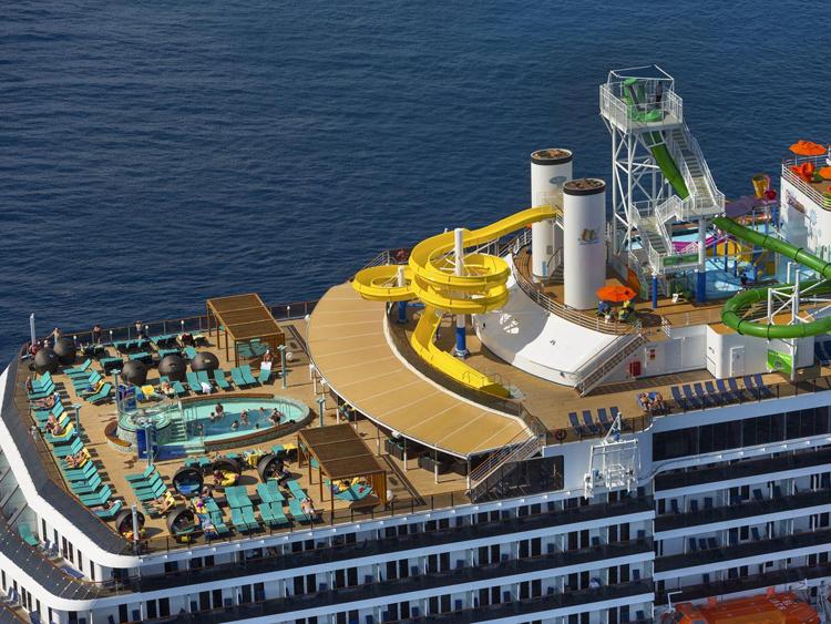 Khi lên tàu, hãy đi sau để tránh đám đông xô đẩy muốn lên trước. Ảnh: Carnival Spirit.