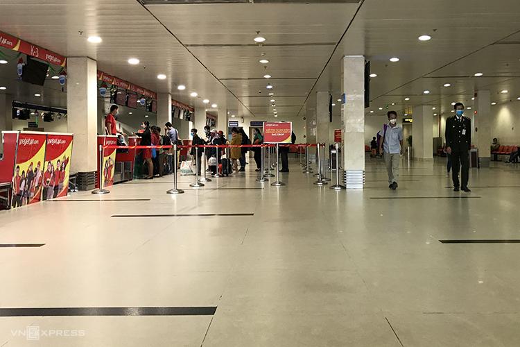 Các quầy checkin thưa thớt khách tại sảnh nội địa, sân bay Tân Sơn Nhất. Ảnh: Tâm Linh.