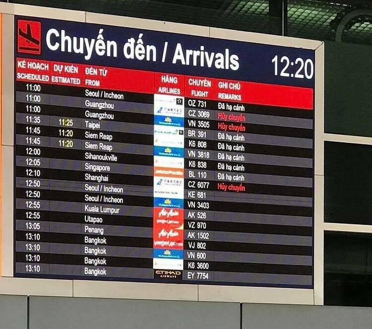 Bảng thông báo tại sân bay Tân Sơn Nhất ngày 10/2. Ảnh:Tâm Linh.