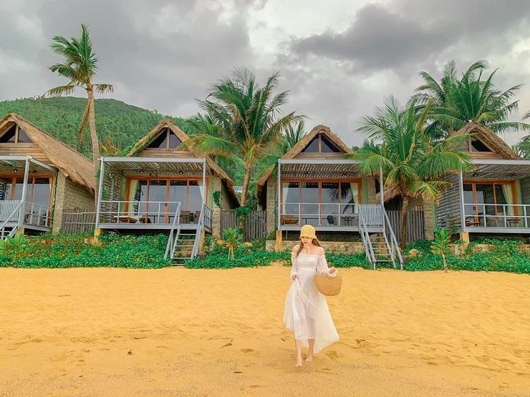 Homestay bãi biển, Quy NhơnCách trung tâm TP Quy Nhơn khoảng 15 km, Bãi Xếp là nơi có nhiều homestay, resort đẹp nhìn ra bãi biển. Đặc biệt, thời tiết ở đây nắng ấm, thích hợp cho những ngày đi trốn khỏi miền bắc lạnh, mưa phùn. Homestay gợi ý cho du khách là Mira, giá phòng từ 700.000 - 900.000 đồng. Ngoài ra, bạn cũng có thể ở tại resort Casa Marina (ảnh), với giá phòng đôi từ 1.700.000 đồng một đêm.Ngoài ra, du khách có thể trải nghiệm lặn biển ngắm san hô, thưởng thức hải sản tươi sống ở các nhà hàng ven biển. Từ Hà Nội, TP HCM, du khách đặt vé máy bay tới sân bay Phù Cát. Sau khi khám phá TP ven biển Quy Nhơn, bạn có thể đến Bãi Xếp bằng taxi hoặc xe máy, theo hướng QL1D. Ảnh: Đào Hương.