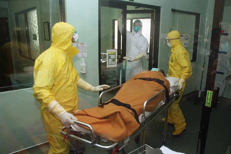 Nhân viên y tế mặc đồ bảo hộ, tham gia một cuộc tập trận xử lý một bệnh nhân nghi nhiễm nCoV tại bệnh viện Sanglah ở Denpasar, Bali, vào ngày 12/2. Hiện tại hai bệnh nhân Trung Quốc đang được điều trị trong phòng cách ly của bệnh viện. Ảnh: Zul Trio Anggono/Jakarta Post.