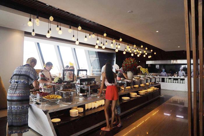 Nhiều khách nước ngoài đến Royal Beach Boton Blue Hotel & Spa - ảnh 3
