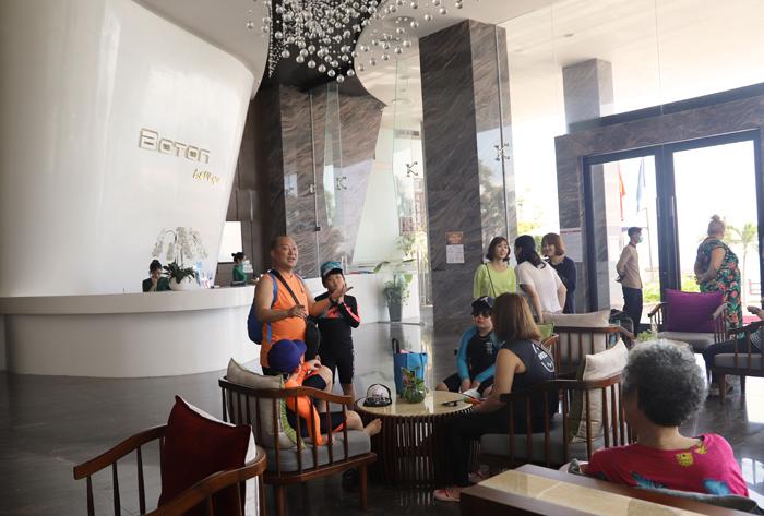 Nhiều khách nước ngoài đến Royal Beach Boton Blue Hotel & Spa - ảnh 1