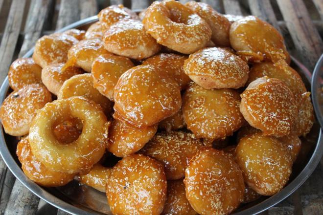Bánh cam, bánh còng Đối với nhiều người ở miền Tây Nam Bộ, chắc hẳn nhiều người vẫn nhớ hình ảnh những người bán rong đội trên đầu một rổ hay mâm chất đầy bánh màu óng ả đi rao len lỏi tận từng con hẻm. Bánh cam và bánh còng là thứ quà ngọt bình dân hiện vẫn được bán nhiều trên đường phố TP HCM, khoảng 5.000 đồng là được ba cái bánh. Hai loại bánh đều được làm từ bột gạo và bột nếp rồi rán phồng lên cho đến khi có màu vàng nâu ngả cam, sau đó phủ một lớp mè và đường lỏng cho bóng bẩy, ngọt lịm. Tên gọi bánh cam xuất phát từ hình dáng tròn như trái cam, chính là bánh rán của miền Bắc, có nhân đậu xanh. Còn bánh còng cũng như vậy, chỉ không có nhân. Ảnh: huongdanlambanh.