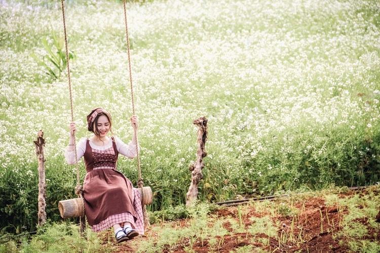 Cánh đồng hoa cải vàng, Đà LạtCánh đồng nằm trong trang trại Kimi Farm, tổ 19, thôn 1,xã Tà Nung, Đà Lạt.Hoa cải sẽ được trồng ở đây trong khoảng 15 - 20 ngày với vévào cửa là 20.000 đồng một người. Ngoài ra, khi đến trang trại, du khách có thể trải nghiệm một ngày làm nông dân ở vườn cam, vườn hoa cánh bướm và nhà ớt chuông. Ở khu vườn không quá đông khách, đa phần là các nhóm chụp ảnh, vì vậy thích hợp với du khách thích sự yên tĩnh.Đà Lạt cách trung tâm TP HCM khoảng 350 km. Ngoài bay thẳng đến đây, lựa chọn phổ biến là xe ghế ngồi, xe giường nằm và xe chất lượng cao từ TP HCM với giá vé 150.000 – 350.000 đồng. Một số hãng xe chất lượng cao có đưa đón tại nhà. Các nhà xe còn lại sẽ đón khách ở văn phòng đại diện hoặc bến xe Miền Đông.Nếu di chuyển bằng phương tiện cá nhân, bạn đi quốc lộ 20, qua thành phố Bảo Lộc. Từ đây, khoảng 100 km là đến Đà Lạt. Đây là một trong những đường đẹp, tuy nhiên đường đèo tiềm ẩn nhiều nguy hiểm. Ảnh:Đồng Ngô.