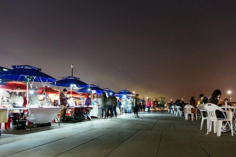 Chợ đêm Seoul BamdokkaebiChợ đêm Seoul Bamdokkaebi là một sự kiện được tổ chức thường niên tại thành phố từ tháng 3 đến tháng 10. Mỗi tuần, chợ sẽ diễn ra vào hai ngày là thứ 6 và thứ 7. Du khách đến chợ đêm có thể thưởng thức các món ăn từ khắp nơi trên thế giới, mua sắm phụ kiện thủ công hoặc xem các buổi biểu diễn văn hóa khác nhau.