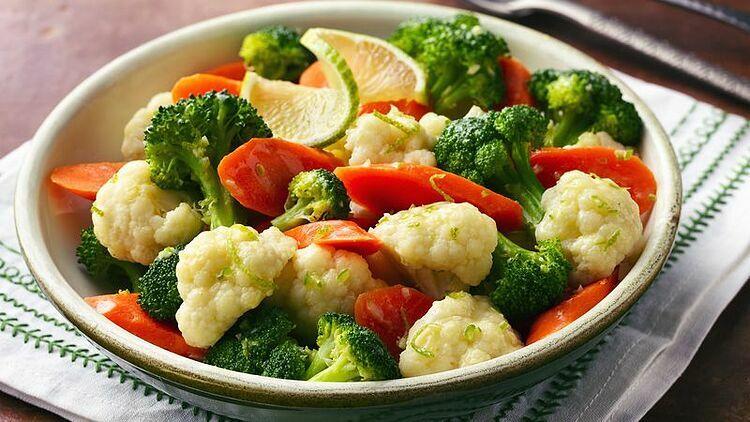 Bông cải xanh (súp lơ) và ớt chuông có chứa nhiều vitamin C. Ảnh: Bretty Croker.