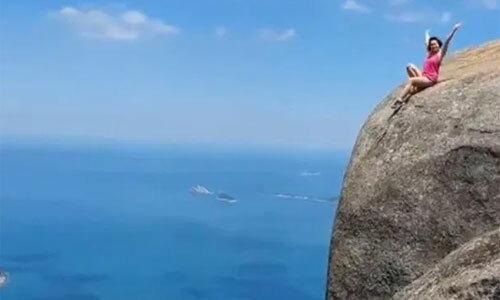 Tạo dáng trên mép vực cao gần 1.000 m - Du Lịch