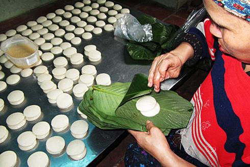 Bánh dày (còn nói là bánh giầy) có màu trắng tinh khiết làm từ gạo nếp giã mịn, nặn thành miếng tròn đầy đặn. Chiếc bánh mang hình dạng của bầu trời nên thường dùng để tế trời cầu mong thời tiết thuận lợi. Ngày nay, bánh chưng và bánh dày thường chỉ xuất hiện cùng nhau ở lễ Giỗ tổ Hùng Vương (mùng 10 tháng 3 âm lịch hàng năm). Hiện bánh dày là một thức quà sáng khá phổ biến ở Hà Nội và TP HCM với một miếng giò chả kẹp vào giữa hai tấm bánh. Còn đối với đồng bào dân tộc Mông ở Tây Bắc, món bánh trời này vẫn được làm trong các dịp như tết địa phương, thờ cúng việc quan trọng. Ảnh: Phương Lam.