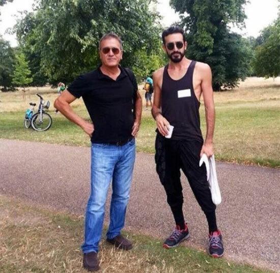 Rob chụp ảnh cùng bố (trái). Bố anh từng nói với con trai rằng không nên trở thành người quá nổi bật, đừng bao giờ trở thành kẻ ngốc. Ảnh: Sun.