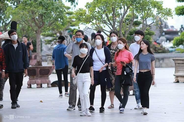 Khách Hàn Quốc tham quan Đà Nẵng hôm 23/2. Ảnh: Nguyễn Đông.