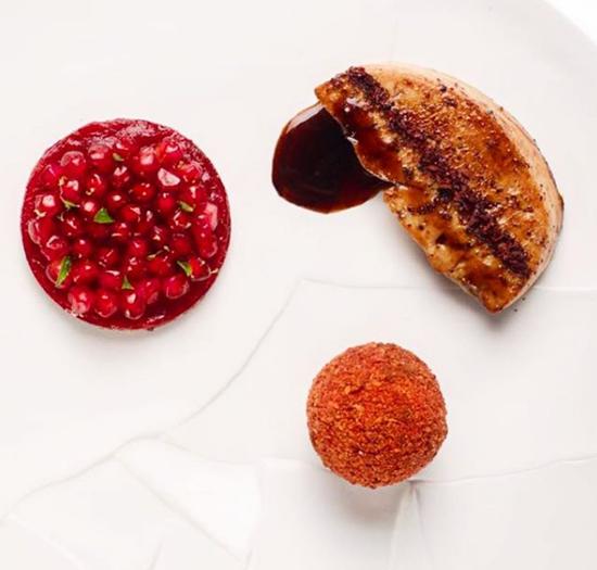 Một trong những món ăn được yêu thích tại nhà hàng của Geaam là gan ngỗng béo tẩm với mật lựu và bánh kem mứt cải đường và lựu. Ảnh: Alan Geaam.