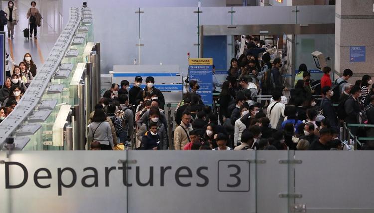 Hành khách xếp hàng ở Terminal 2 tại sân bay Incheon. Ảnh: Yonhap.