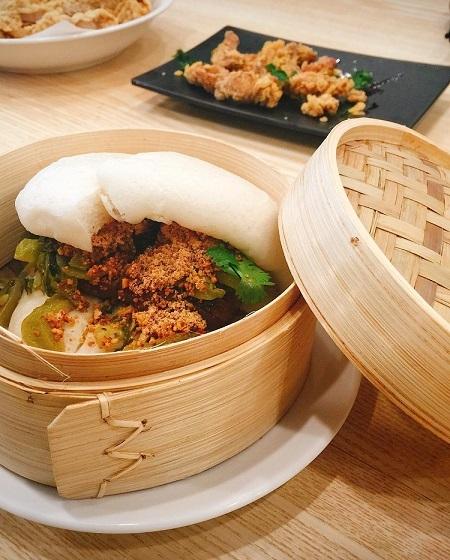 Bánh bao kẹp thịt khoĐây là một loại bánh bao kẹp có nguồn gốc từ Đài Loan. Bên trong lớp vỏ bánh bao mềm là thịt kho miếng hoặc xé phay, ăn kèm rau mùi, dưa muối và bột lạc. Thịt trong bánh được nhiều thực khách đánh giá là mềm, vị mặn ngọt phù hợp khi ăn với bánh bao. Mỗi chiếc được bán với giá 39.000 đồng. Thực khách có thể thưởng thức món ăn này ở cửa hàng Yutang Dining, 2C Thái Phiên. Ảnh: Thulyn94.