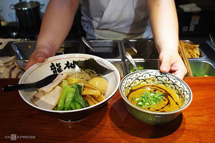 Mì ramen là món ăn bình dân trong khu phố, có giá trung bình từ 100.000 đồng một tô. Ảnh: Tâm Linh.