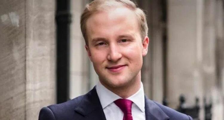 Hanson là chuyên gia nghi thức xã giao người Anh. Anh giảng dạy trên khắp thế giới trong các khóa học về nghi thức. Ảnh: William Hanson/Sun.