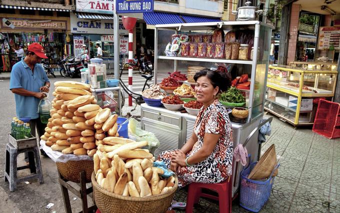Ngày nay, bánh mì là món ăn bình dân quen thuộc được người Việt ưa chuộng. Hương vị của bánh mi Việt Nam được biến tấu khác nhau tùy từng vùng ở Việt Nam. Bánh mì Hà Nội được đánh giá có phần nhân đơn giản và nhẹ nhàng hơn so với TP. Hồ Chí Minh, chủ yếu là nguyên liệu đã được chế biến sẵn để nguội như lạp xưởng, xúc xích, thịt xíu. Tại các thành phố miền trung như Hội An, nhân bánh mì thịt heo quay luôn được làm nóng. Ảnh: Backpackerlee.