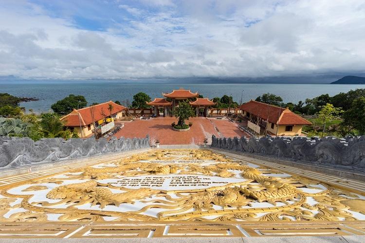 Đứng từ chùa, du khách có thể ngắm cảnh biển. Ảnh: Evgeny Drablenkov/Shutterstock.