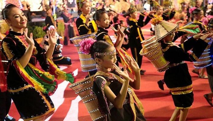 Người dân biểu diễn múa trong lễ hội. Ảnh: Sindhu Pandey.
