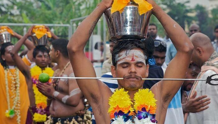 Tín đồ Hindu tỏ lòng thành kính trong lễ hội. Ảnh: Sindhu Pandey.