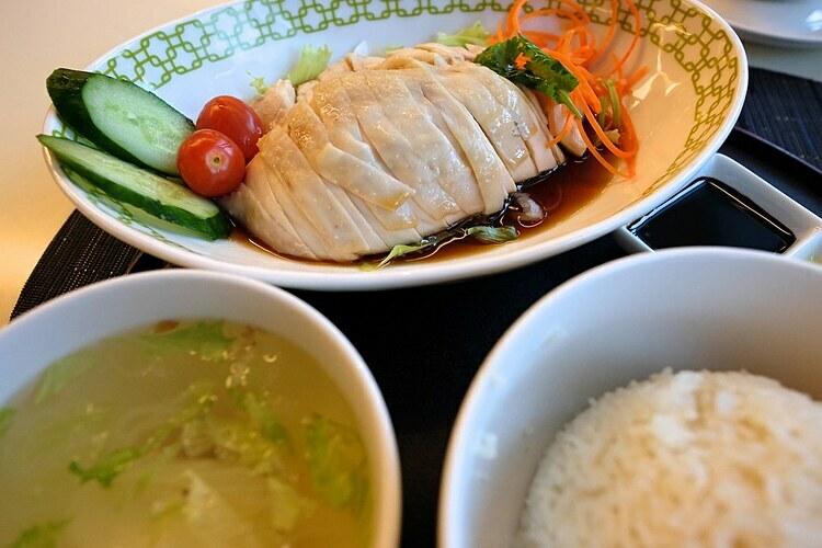 Cơm gà bổ dưỡng ăn kèm dưa chuột. Ảnh: Jun Seita/ Flickr.