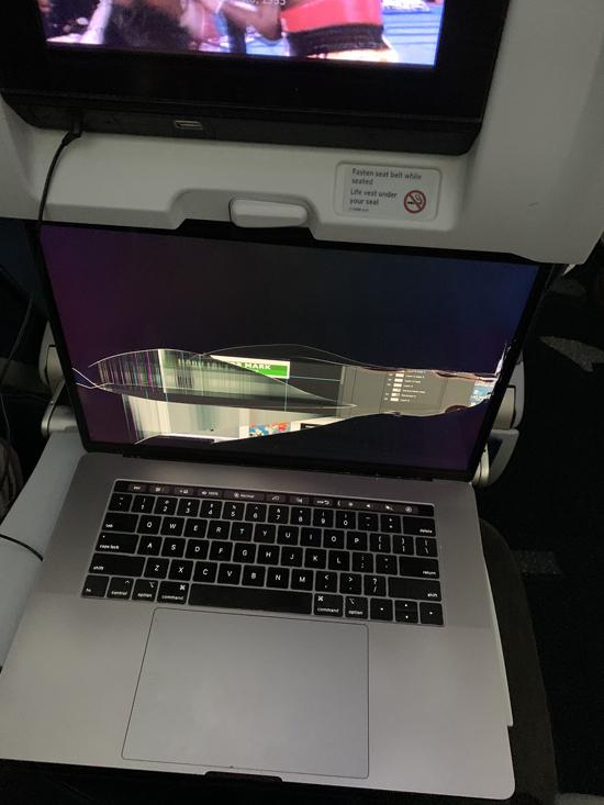 Người ngồi hàng ghế 13A đã ngả lưng ghế, khiến máy tính 16inch của Pat bị hỏng. Ảnh: Twitter.