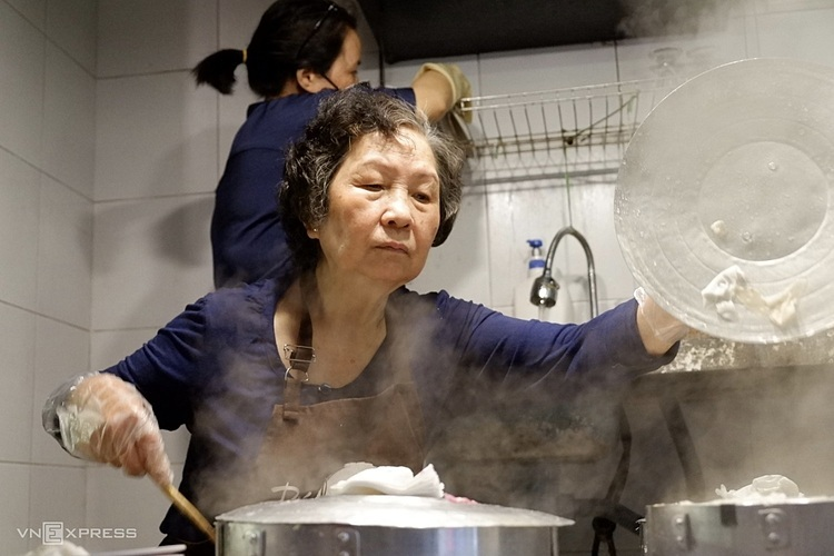 Bà Hanh làm ca sáng từ 6h đến 15h hàng ngày.