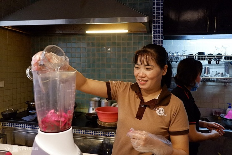 Thực khách đến đây có thể xem công đoạn xay thanh long, trộn bột và làm bánh của quán.