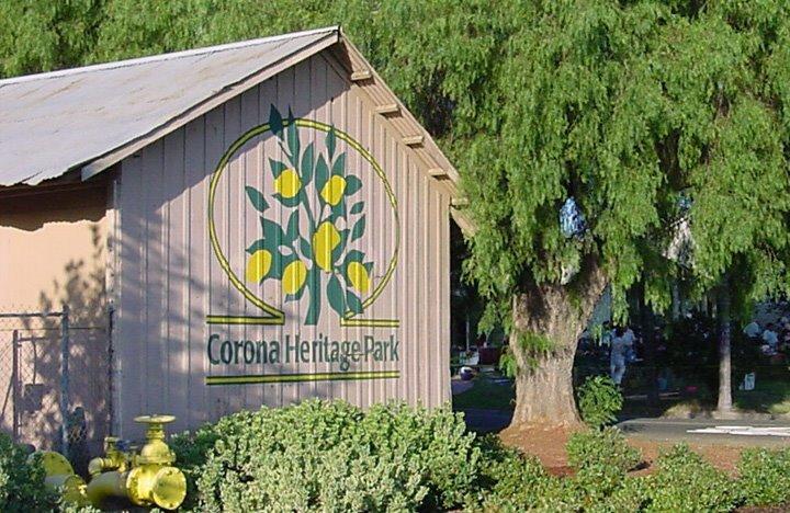 Nằm trong bang California, thành phố từng mang tên South Riverside ra đời vào năm 1886 giữa bối cảnh ngành công nghiệp cam chanh nở rộ tại Mỹ. Thị trấn Corona từng được mệnh danh là Kinh đô Chanh vàng của Thế giới. Ngày nay du khách có thể tìm thấy một bảo tàng lịch sử về vai trò của chanh vàng trong nền kinh tế địa phương. Ảnh:Corona Heritage Park.