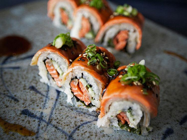 B.C roll là món ăn đặc biệt với lớp da cá hồi nướng sốt ngọt phủ bên trên. Ảnh: Leila Kwok/ Westcoastfood.