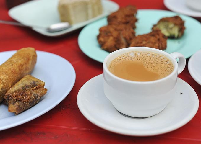 Các món ăn kèm tại quán trà sẽ thường phản ánh tính bản sắc của chủ cửa hàng. Ảnh:The Culture Trip/Max Falkowitz