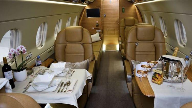 Nhà giàu chuộng máy bay riêng trong Covid-19