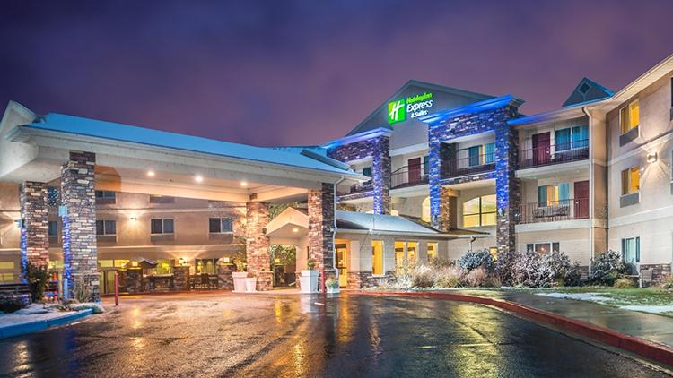 Holiday Inn Express là một trong những khách sạn cao cấp mà bạn có thể nghỉ chân khi đến đây du lịch, nằm trên đại lộ Tomichi. Ảnh: IGH.