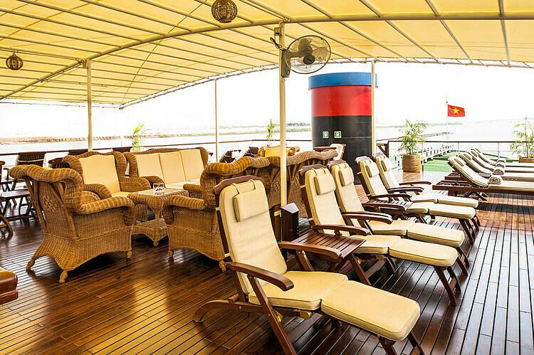 Không gian sảnh ngoài trời nằm ở tầng trên cùng là nơi dành cho khách hóng mát, ăn nhẹ, tổ chức tiệc. Nước uống, trà, cà phê, đồ uống có cồn được phục vụ miễn phí tại quầy bar. Ảnh: Pandaw.