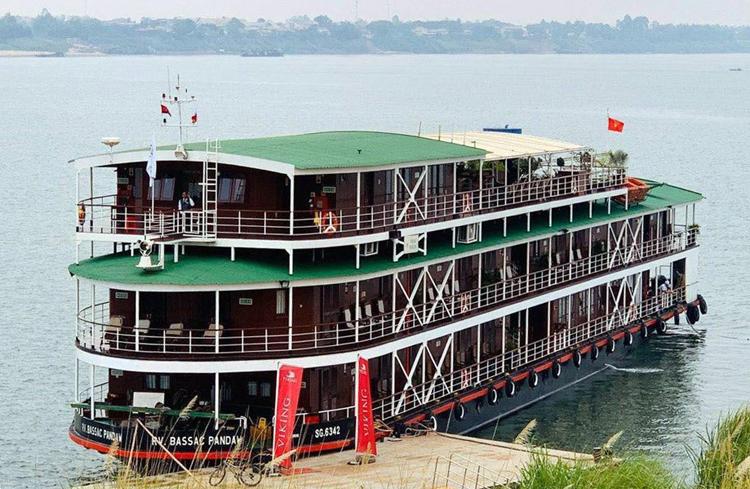 Chiếc du thuyền chở khách nhiễm Covid-19 mang tên RV Bassac Pandaw, xuất phát từ Tiền Giang trong hành trình Viking Mekong kéo dài tám ngày từ 4/3 đến thủ đô Phnom Penh (Campuchia), hiện đang neo đậu cách ly tại bến cảng tỉnh Kampong Cham (Campuchia). Ảnh: Cửu Long.