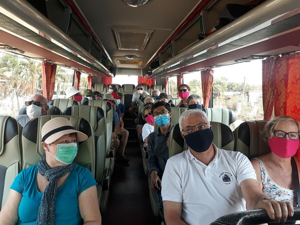 Đoàn khách Pháp trên xe quay lại Buôn Mê Thuộc sau khi Kon Tum từ chối cho vào ngày 16/3. Ảnh: C.M.Q.