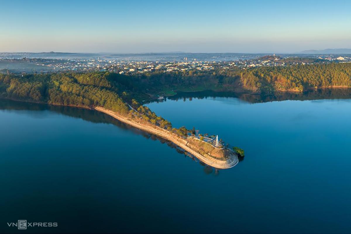 Một góc Biển Hồ với bức tượng Quán Âm Bồ Tát nằm trên dải đất kéo dài tới giữa lòng hồ. Ảnh: Phan Nguyên