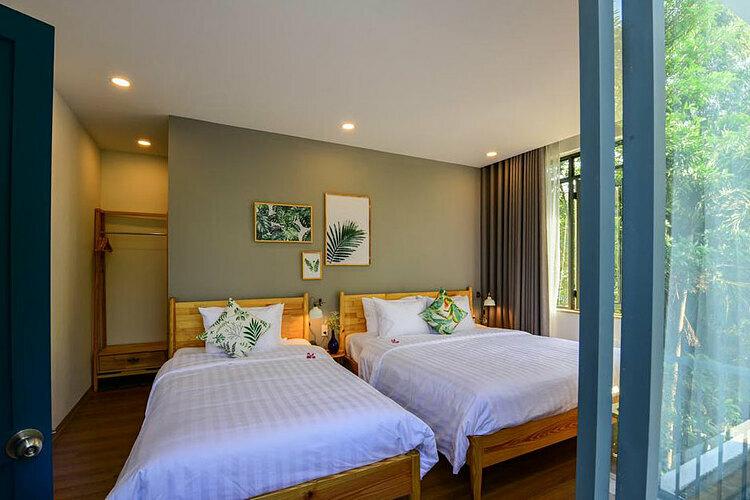 Các phòng nơi đây có giá khoảng 900.000 – 1,2 triệu đồng, gồm phòng giường đôi hoặc hai giường đơn hướng sông hoặc sân vườn.