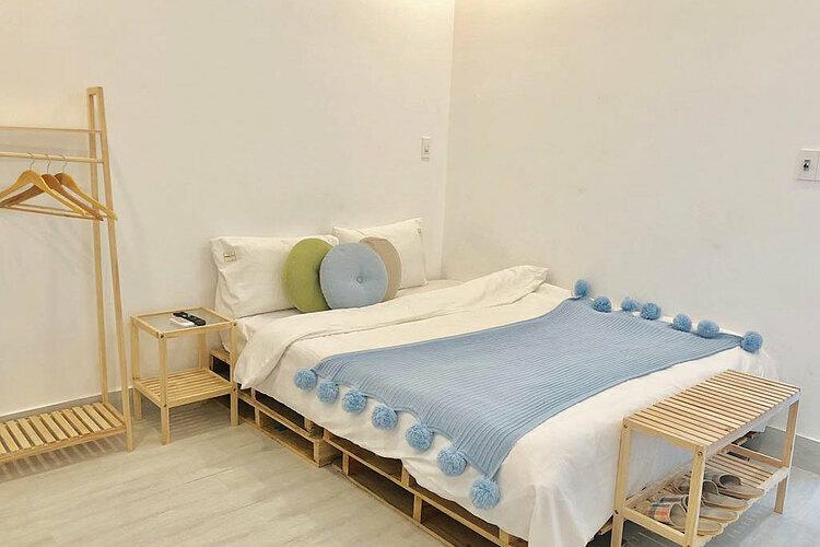 Giá phòng giường đôi cho hai người có giá 435.000 – 650.000 đồng một đêm. Giá phòng riêng giường đơn là 365.000 đồng. Ngoài ra, homestay có không gian căn hộ hai phòng ngủ giá khoảng 1 triệu đồng mỗi đêm, và phòng cho 6 người giá 780.000 đồng.