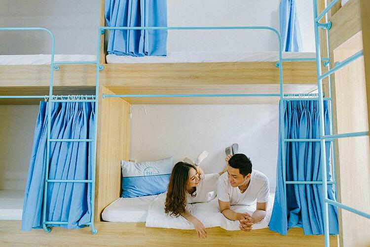 Tò Vò cung cấp phòng riêng cho 2 đến 4 người với giá khoảng 450.000 – 650.000 đồng một đêm. Ngoài ra, giường ngủ đơn trong phòng tập thể có giá từ 120.000 đồng một người.